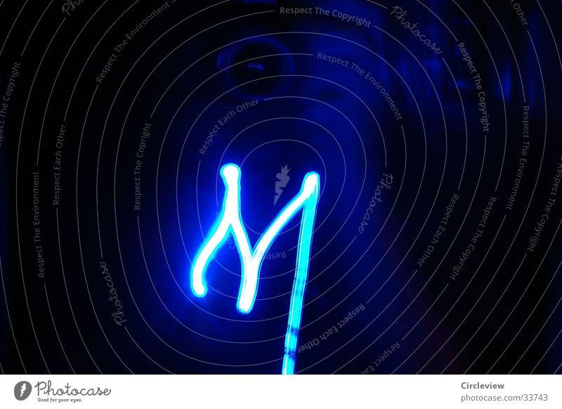 """""""M"""" aus Licht Buchstaben schwarz Schriftzeichen Langzeitbelichtung blau Letter"""