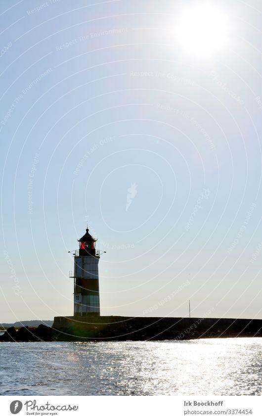 Leuchtturm seezeichen gegenlicht Farbfoto Außenaufnahme Küste Tag Menschenleer Schifffahrt Orientierung blau Fernweh Textfreiraum oben Himmel Einsamkeit