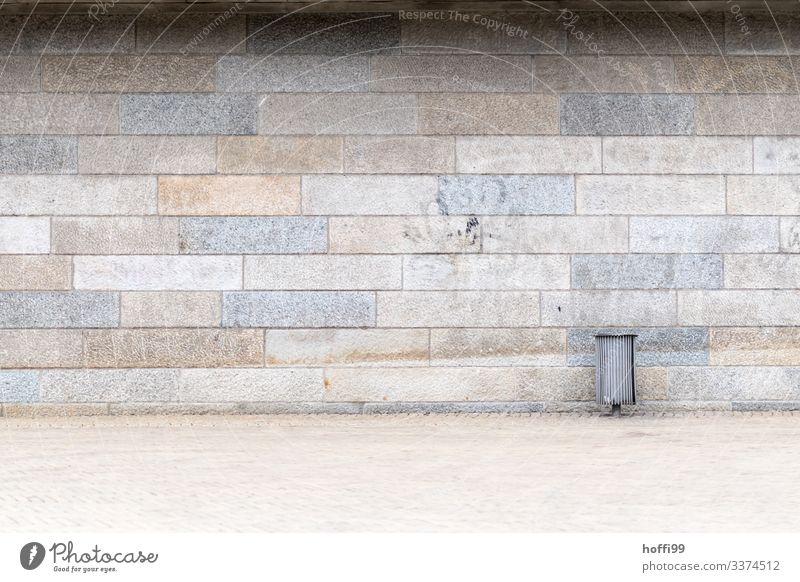 Mülleimer vor Sandsteinmauer mit verblassendem Graffito diagonal Wand Baustein minimalistisch Stufenordnung taumeln Treppe Treppenansatz Steinwand Ordnung