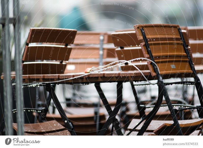 angeschlossenen Stühle und Tisch im Regen Stuhl Minimalismus minimalistisch Klappstuhl Stuhlgruppe Stapel Stuhlstapel Stahl modern trist grau Sauberkeit