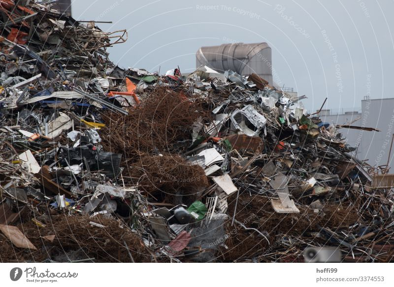 Schrottplatz mit einem Berg von Altmetall Industrieanlage Fabrik Metall Müll Altmaterial Recycling alt bedrohlich dreckig dunkel authentisch fest gigantisch