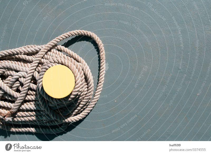 gelber Poller auf einer Fähre mit gewundenem Seil von oben Platz Hafen Jachthafen Anlegestelle fest frisch hell maritim rund stark Wärme braun grau Beginn