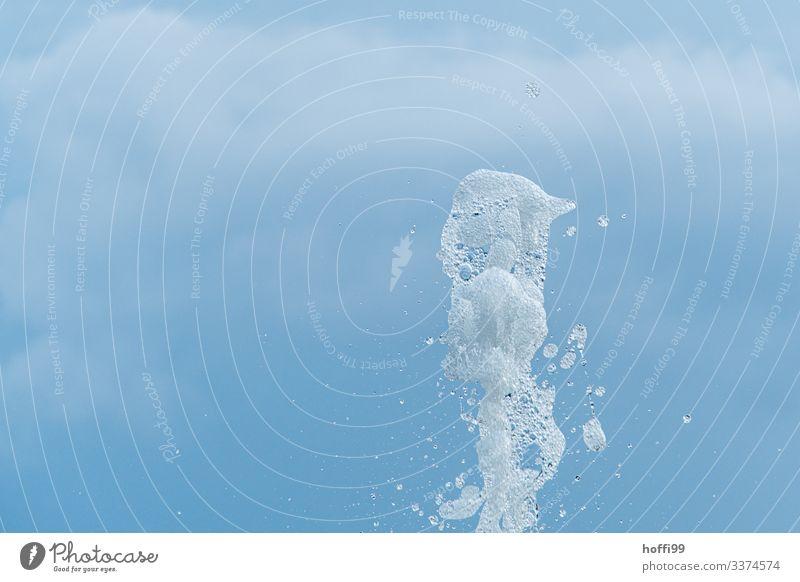 weiß sprudelnde Wasserfontäne vor blauem Himmel Luft Schönes Wetter ästhetisch Flüssigkeit frisch kalt nass Sauberkeit Bewegung Kontrolle Kreativität Kultur