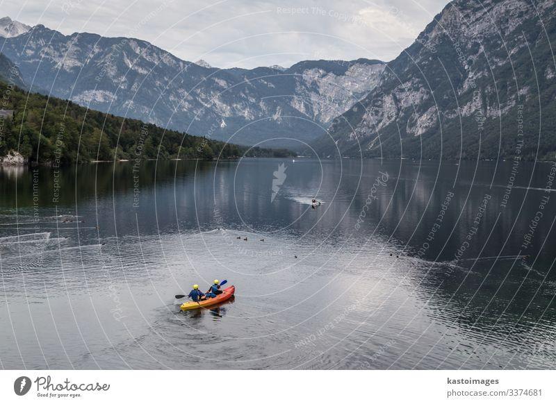 Menschen rudern auf dem See von Bohinj, Alpengebirge, Slowenien. Lifestyle schön Freizeit & Hobby Ferien & Urlaub & Reisen Tourismus Abenteuer Berge u. Gebirge