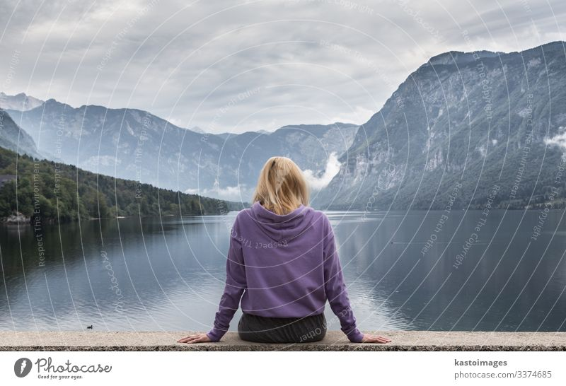 Sportliche Frau beobachtet den Bohinj-See, Alpen, Slowenien. Lifestyle schön Erholung Ferien & Urlaub & Reisen Tourismus Berge u. Gebirge Mensch Erwachsene
