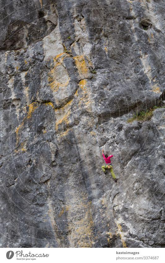 Starkes Mädchen klettert auf einen Fels und macht Sportklettern in der Natur. Lifestyle Ferien & Urlaub & Reisen Abenteuer Berge u. Gebirge wandern Klettern