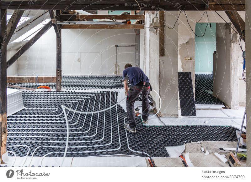 Rohrschlosser bei der Montage einer Fußbodenheizung. Leben Haus Arbeit & Erwerbstätigkeit Industrie Klima Platz Tube Kunststoff unten Geborgenheit Kontrolle
