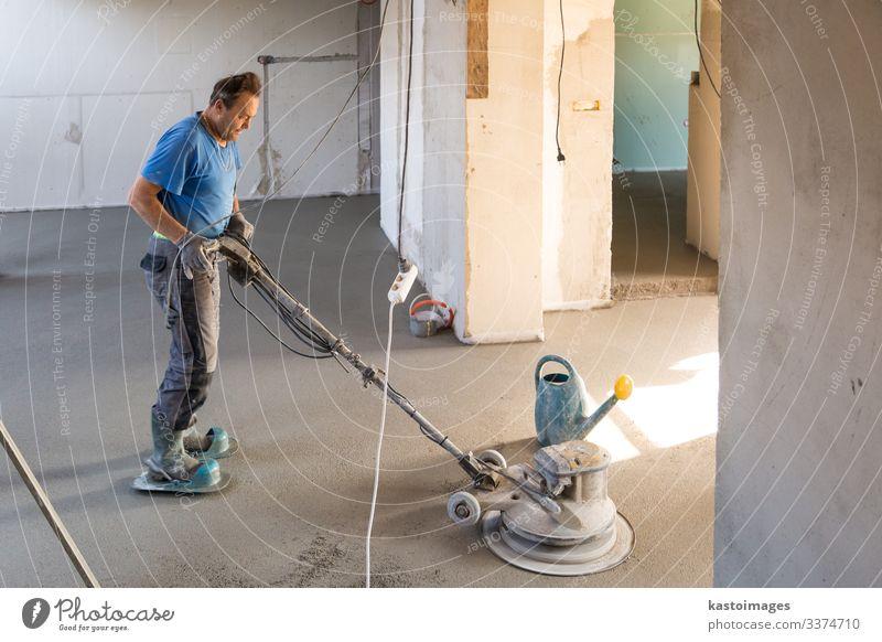 Arbeiter poliert Sand und Zementestrichboden. Arbeit & Erwerbstätigkeit Handwerker Mensch Mann Erwachsene Gebäude Beton Estrich Konstruktion Etage Schwimmer