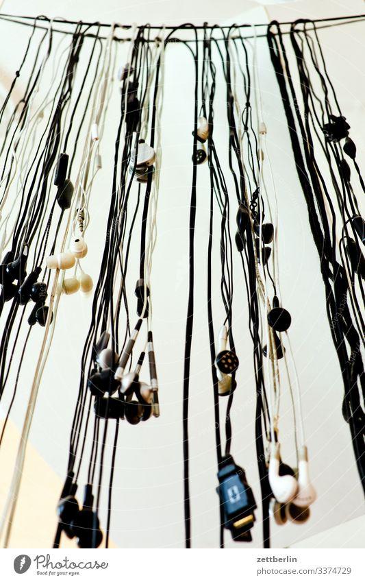 Alte Ohrhörer Kopfhörer in-ear-phone Musik hören alt viele Menschenmenge hängen Kabel link Entertainment Unterhaltungselektronik HiFi