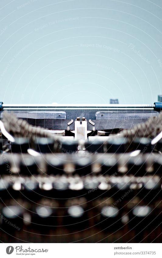 Schreibmaschine alt antik Schriftsteller Büro feinmechanik Mechanik Metall Roman schreiben Schriftzeichen Post Büroangestellte Tastatur Tippen typenhebel