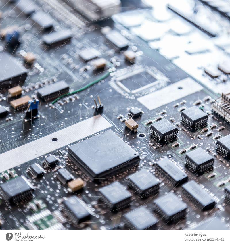 Nahaufnahme einer elektronischen Leiterplatte. Design Wissenschaften Industrie Computer Technik & Technologie Internet Linie dunkel modern blau Schaltkreis