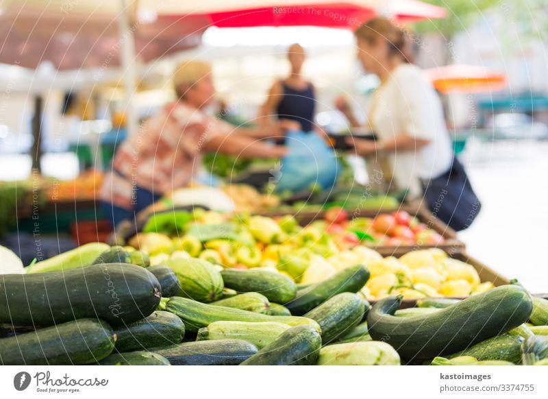Blaue Unbekannte kaufen Gemüse auf dem Bauernmarkt. Lebensmittel Ernährung Vegetarische Ernährung Garten Dekoration & Verzierung Frau Erwachsene Marktplatz