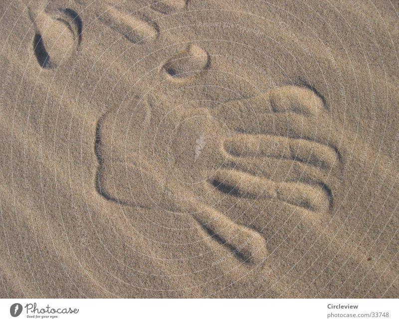 Vergänglicher Eindruck einer Reise Strand Hand Männerhand Vergänglichkeit Meer Fingerabdruck Europa Sand Wind Sonne Ostsee ostseesand meersand Stranddüne Wüste