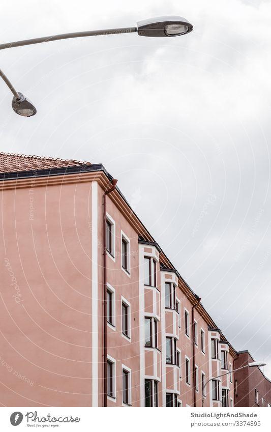 Rosa Gebäude und Straßenbeleuchtung Haus Fenster Wand Dach Europa Europäer Stockholm Schweden Schwedisch Skandinavien skandinavisch Straßenlaterne urban