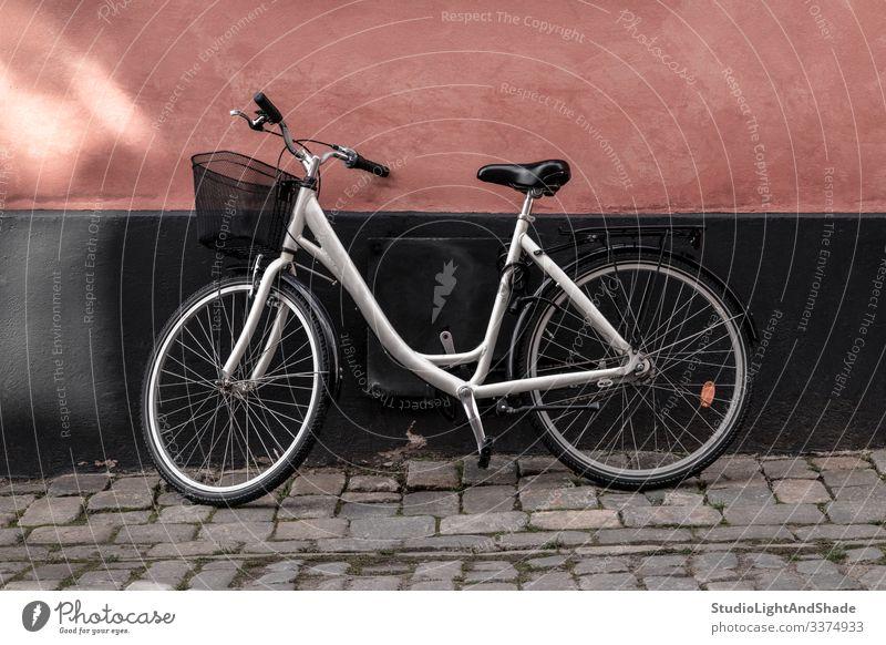 Fahrrad in der Nähe der rosa und schwarzen Wand Radfahren Fahrradfahren Straße Gebäude Europa Europäer Stockholm Schweden Schwedisch Skandinavien skandinavisch