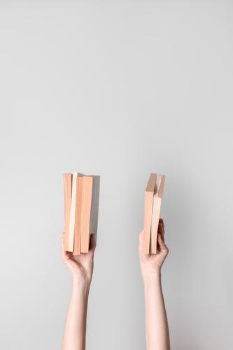 Frauenhände, die Bücher halten Buch Wissen Hände Waffen Finger Mädchen jung Halt Beteiligung Schüler Lehrer lehren Leser Bibliothekar lernen studierend Seiten