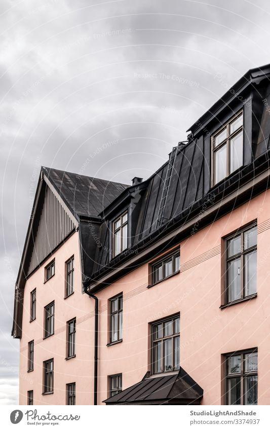 Pastellfarbenes Gebäude mit schwarzem Dach Haus Fenster Dachterrasse Europa Europäer Stockholm Schweden Schwedisch Skandinavien skandinavisch Dachboden urban