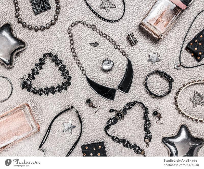 Schmuck im Rock- und Gothic-Stil Bijouterie Juwel Juwelen Halskette Halsketten Schmuckanhänger Anhänger Perlen Wulst Felsen hartes Gestein Rocker gotisch Punk