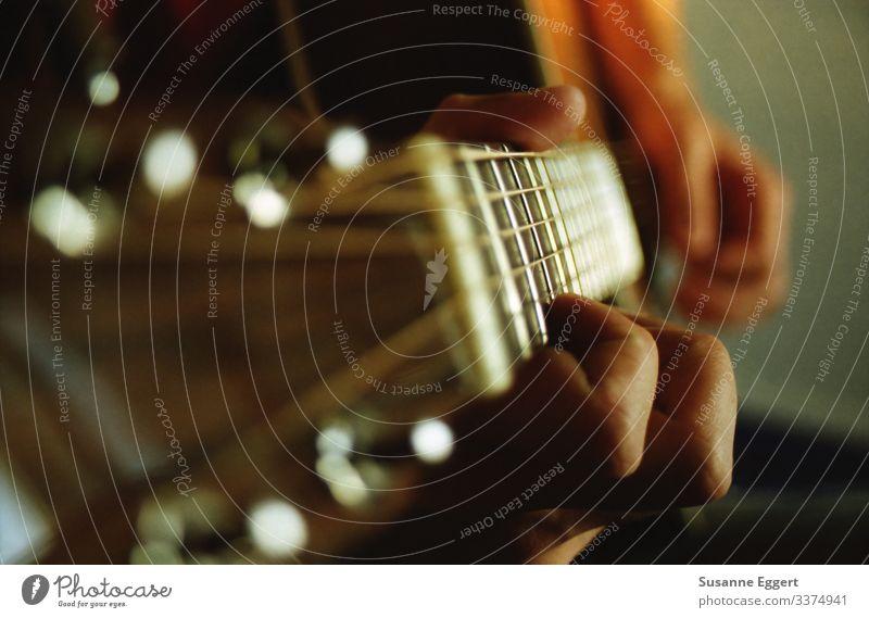 Nahaufnahme Gitarrenspiel Hand Finger Spielen Kunst Musik musizieren Gitarrenspieler Gitarrenhals Gitarrensaite Künstler komponieren Komponist Freizeit & Hobby