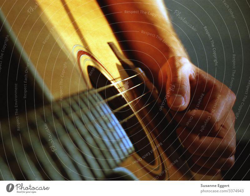 musizieren Hand Finger Spielen Kunst Musik Kultur Gitarre Zupfinstrumente Gitarrenspieler Gitarrenhals Gitarrensaite Künstler komponieren Komponist