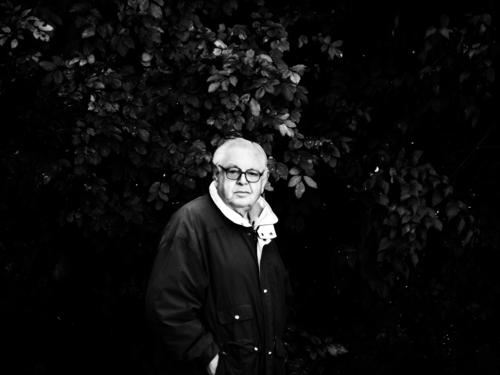 Alter Mann Mensch maskulin Männlicher Senior 1 60 und älter Umwelt Natur Pflanze Grünpflanze Jacke Brille schwarzhaarig kurzhaarig Blick stehen alt Sträucher