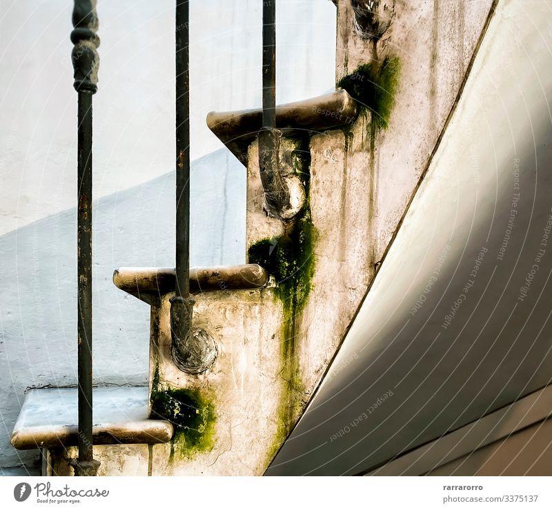 die Marmorstufen einer Wendeltreppe elegant Haus Moos Architektur Stahl Rost alt dreckig nass Schritt bügeln Feuchtigkeit vernachlässigt ruiniert Wasser