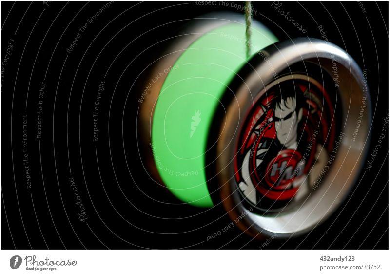 YOYO Hitman kreisrund Objektfotografie Leuchtkörper leuchtende Farben leuchtend grün Vor dunklem Hintergrund Runde Sache Jojo