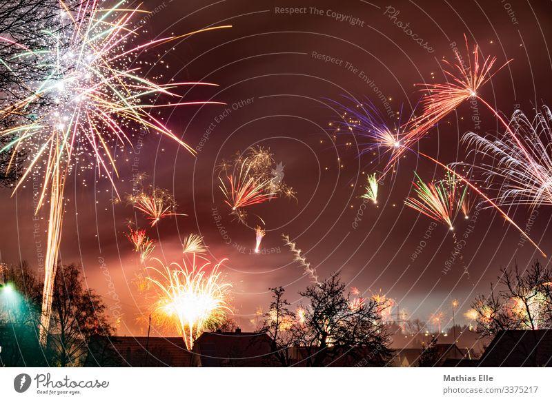 Silvesterfeuerwerk Freude braun mehrfarbig Feuerwerk Silvester u. Neujahr Langzeitbelichtung Explosion Leuchtspur Feste & Feiern Feiertag Haus Party