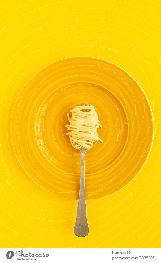 Hausgemachte Spaghetti mit Tomaten-Basilikum-Sauce Lebensmittel Kräuter & Gewürze Ernährung Mittagessen Abendessen Italienische Küche Teller Gabel Lifestyle