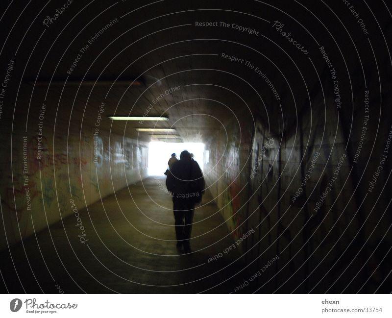 Unterführung Schwarze Löcher Hoffnung Tunnel dunkel Brücke Graffitis Mensch