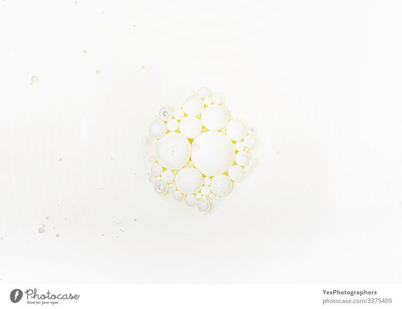 Milchoberfläche mit Ölblasen. Milchblasen in Öl Körperpflege Flüssigkeit weiß rein obere Ansicht Hintergrund Beautyfotografie Kleckse Luftblase sprudelnd