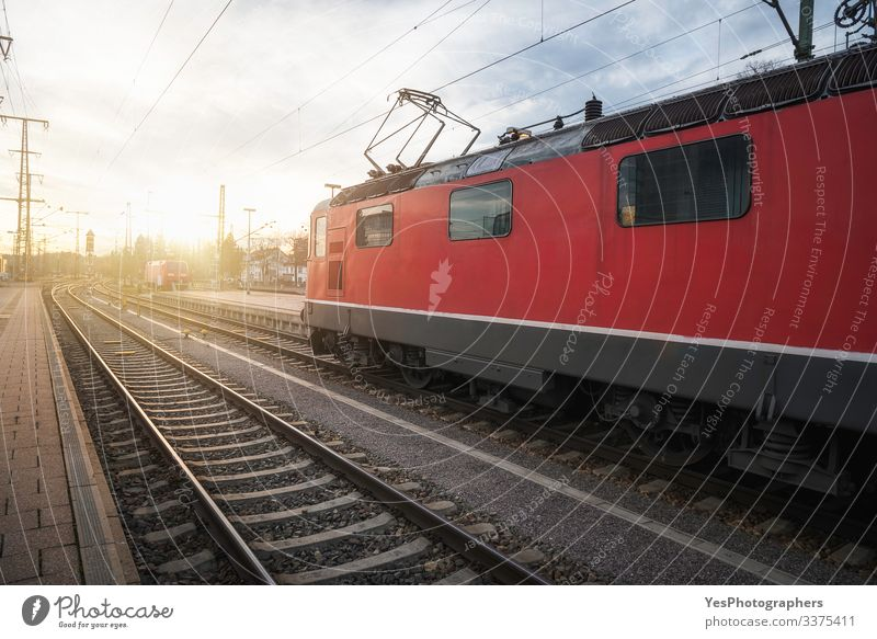 Rote Lokomotive auf den Gleisen im deutschen Bahnhof Ferien & Urlaub & Reisen Maschine Schönes Wetter Verkehr Verkehrsmittel Verkehrswege Personenverkehr