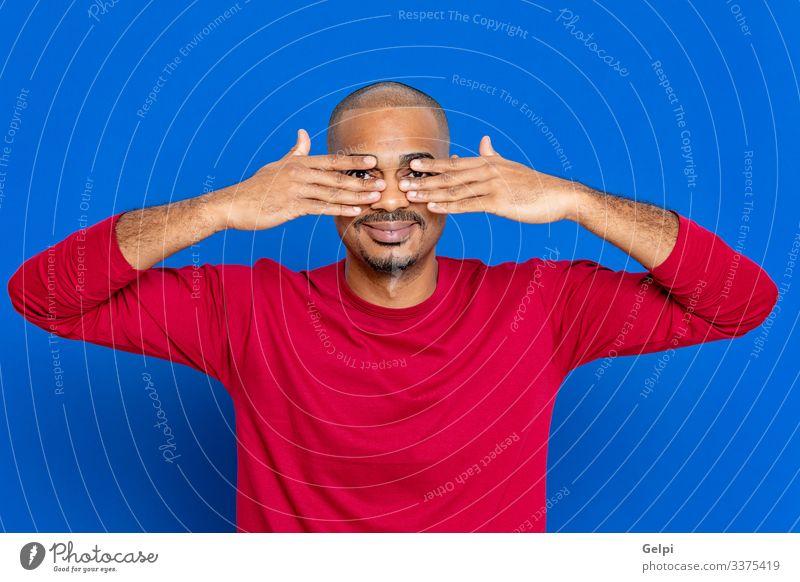 Afrikanischer Mann mit rotem T-Shirt Haare & Frisuren Mensch Erwachsene Afro-Look blau schwarz weiß Farbe Typ herausschauen Wache halten beobachten Auge