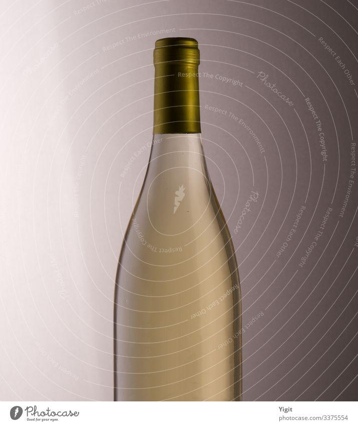 Der elegante Hals einer Weißweinflasche Getränk trinken Erfrischungsgetränk Wein Flasche Lifestyle Stil Nachtleben Party Feste & Feiern Glas ästhetisch Coolness