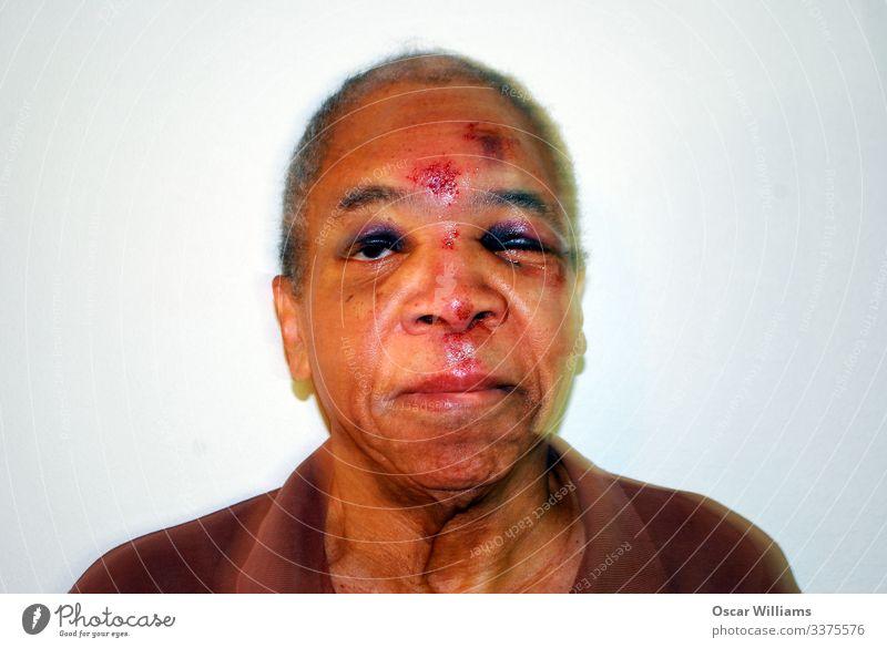 Mann geschlagen und ausgeraubt. Mensch Erwachsene Männlicher Senior Vater Großvater Kopf Gesicht Auge Nase Mund Lippen 1 60 und älter Haus Mauer Wand Hemd