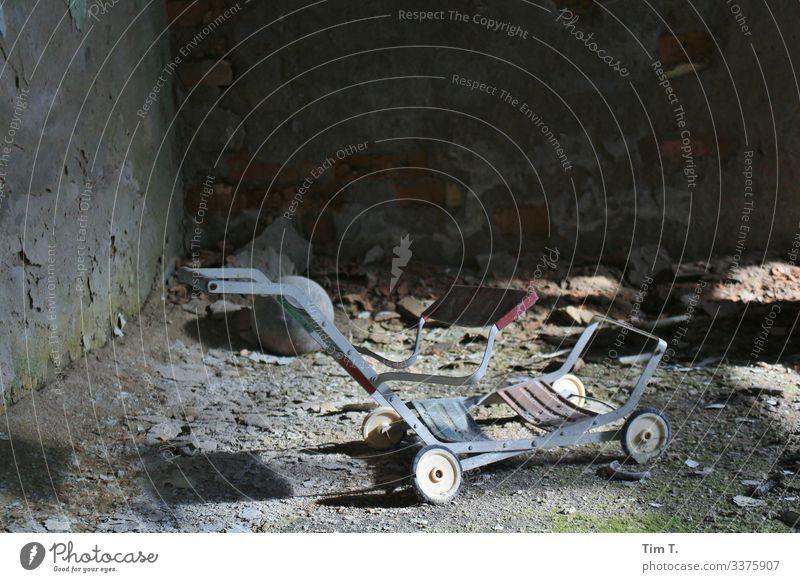 Vergangenheit Rost Sicherheit Schutz Schmerz Verfall Vergänglichkeit Zerstörung Ukraine Kinderwagen Puppenwagen Farbfoto Innenaufnahme Menschenleer