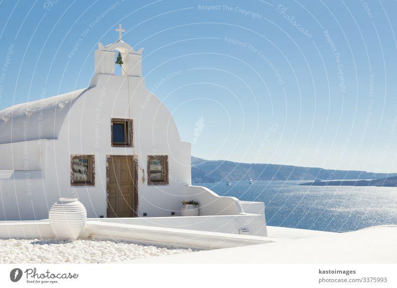 Traditionelle weiße orthodoxe Kirche in Oia, Santorin, Griechenland. schön Tourismus Sonne Meer Insel Himmel Baum Vulkan Dorf Stadt Architektur Beton Holz hell