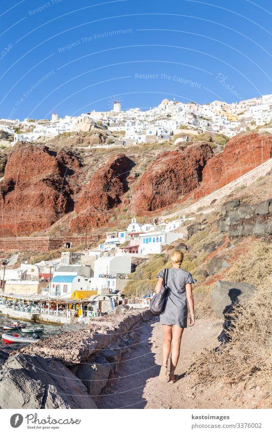 Frau im Dorf Oia oder Ia, Insel Santorin, Griechenland. schön Ferien & Urlaub & Reisen Tourismus Sommer Strand Meer Haus Erwachsene Kultur Landschaft Vulkan