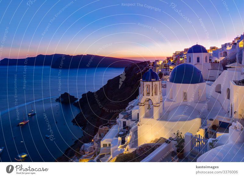 Griechisches Dorf Oia in der Abenddämmerung, Insel Santorin, Griechenland. Stil schön Ferien & Urlaub & Reisen Tourismus Sommer Meer Haus Kultur Natur