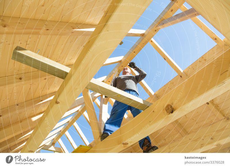 Baumeister bei der Arbeit mit hölzerner Dachkonstruktion. Haus Arbeit & Erwerbstätigkeit Handwerker Baustelle Industrie Werkzeug Hammer Mensch Mann Erwachsene