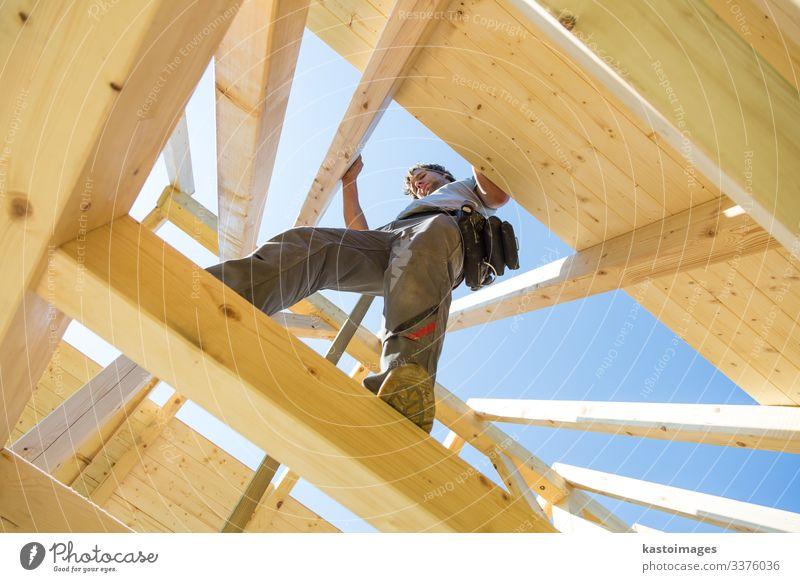 Bauarbeiter bei der Arbeit mit hölzerner Dachkonstruktion. Haus Arbeit & Erwerbstätigkeit Handwerker Baustelle Industrie Werkzeug Hammer Mensch Mann Erwachsene