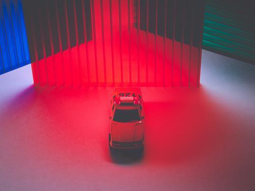 Ein Sicherheitswagen zwischen Farblichtern Verkehr Verkehrsmittel PKW ästhetisch Endzeitstimmung Farbfoto mehrfarbig Studioaufnahme