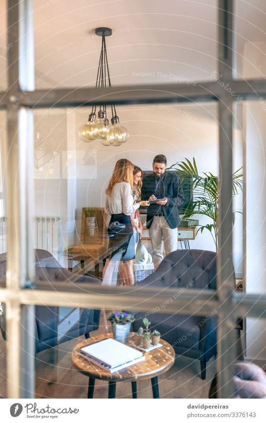 Geschäftsleute in Arbeitsbesprechung durch das Glas gesehen Lifestyle Dekoration & Verzierung Arbeit & Erwerbstätigkeit Beruf Büro Unternehmen sprechen