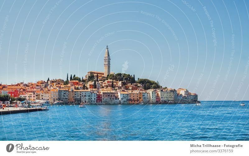 Skyline Rovinj, Kroatien Ferien & Urlaub & Reisen Tourismus Sightseeing Sommer Sonne Himmel Meer Europa Stadt Hafenstadt Haus Kirche Turm Motorboot entdecken