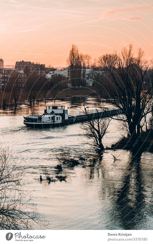 Schiff beim Sonnenuntergang Wolken Sonnenaufgang Winter Wetter Schönes Wetter Stadt Schifffahrt Containerschiff Öltanker Perspektive Farbfoto Gedeckte Farben