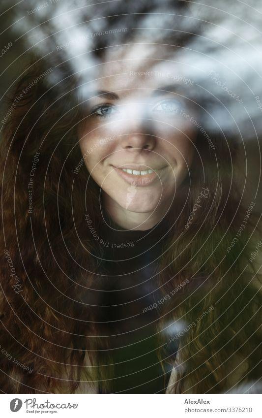 Portrait einer jungen Frau durch eine Fensterscheibe elegant Stil Freude schön Wohlgefühl Junge Frau Jugendliche Gesicht 18-30 Jahre Erwachsene Schönes Wetter