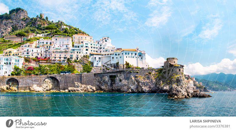 Panoramabild von Amalfi, Kampanien, Italien. Ferien & Urlaub & Reisen Tourismus Sommer Strand Meer Insel Berge u. Gebirge Haus Natur Landschaft Hügel Küste Dorf