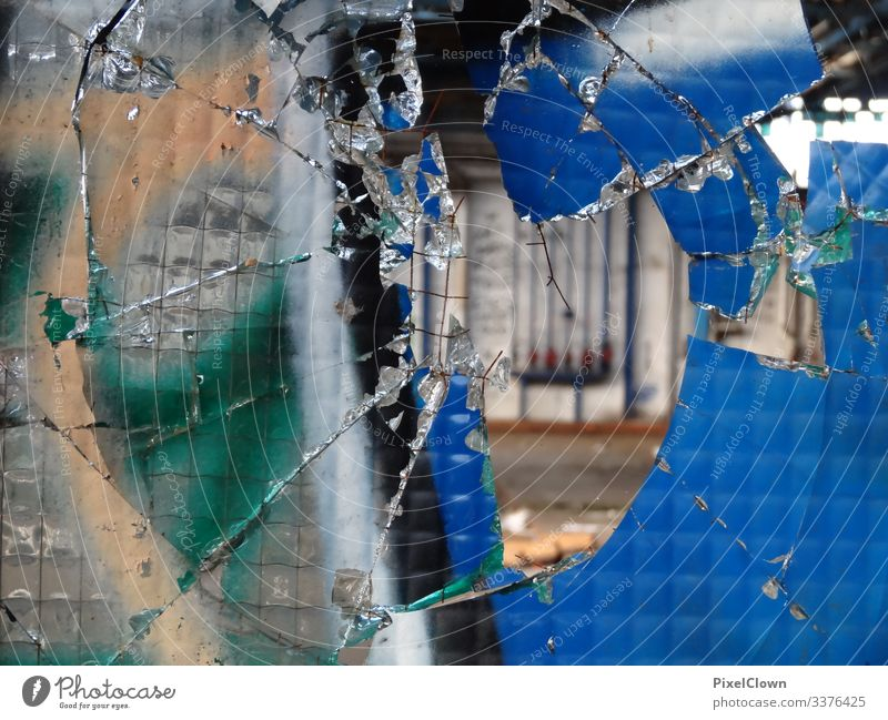 Graffitti und eine zerbrochene Fensterscheibe Straßenkunst Wandmalereien Kunst Glasscheibe lost places Menschenleer ruine Fabrikhalle