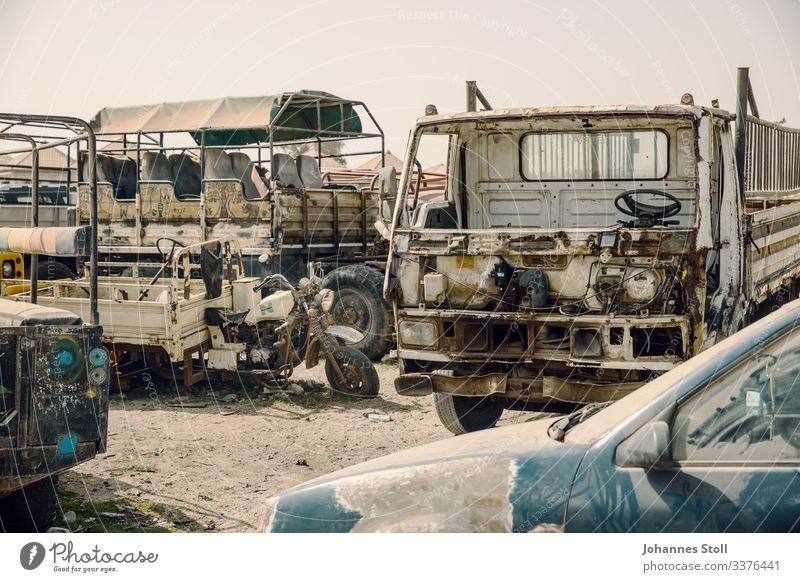 Rostige Wracks auf Autofriedhof in Afrika Autowrack abwracken Metal Eisen Stahl Recycling Abfall Entsorgung Lagerung Endlager Sand Wüste Senegal Lastwagen Truck