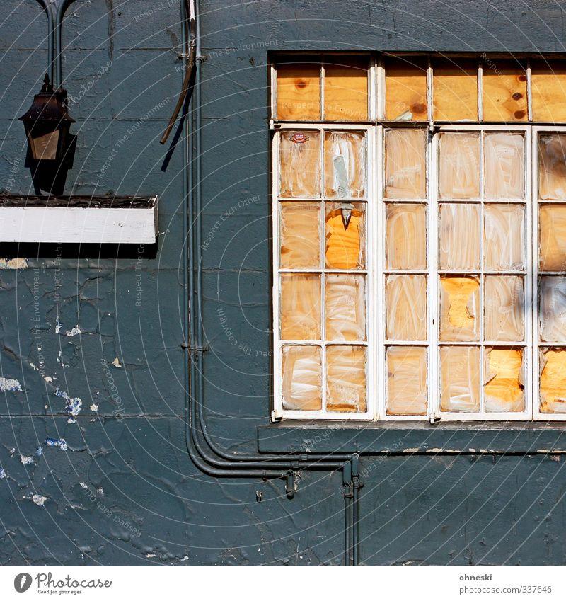Schotten dicht alt grün Stadt Haus gelb Fenster Lampe Fassade Bauwerk Verfall Leitung